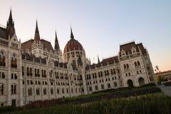 De architectuur van Hongaars Parlementsgebouw in Boedapest, verwarmt stock foto's