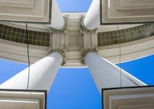 De architectuur van de Imperiumstijl Vier grote concrete kolommen met basissen in de hoeken van de foto houden het dak tegen B stock foto