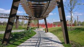 De architectuurpark van Tufelevaroscha in Moskou De zomerdag bij de tijdspanne van de de gang4k tijd van het landschapspark Rusla stock videobeelden