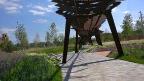 De architectuurpark van Tufelevaroscha in Moskou De zomerdag bij de tijdspanne van de de gang4k tijd van het landschapspark Rusla stock video