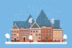 De architectuurstraat van de de winterstad met baksteenhuizen royalty-vrije stock afbeelding