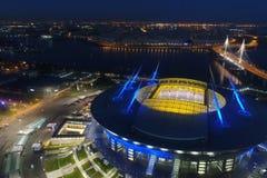 De Arena van het stadionzenit bij nacht Verlicht door multi-colored lichten het stadion bij nacht stock afbeeldingen