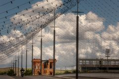 De Arenal Brug versierde met eerlijke bollen onder een bewolkte hemel royalty-vrije stock foto's