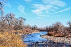 De Arkansas River vindarna till och med sjöPueblodelstatsparken, Colorado Arkivfoton