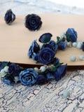 De armband en de oorringen van de polymeerklei met blauwe rozen Royalty-vrije Stock Fotografie