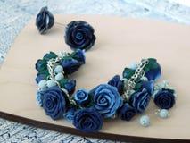 De armband en de oorringen van de polymeerklei met blauwe rozen Stock Fotografie
