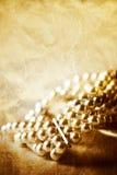 De armband van de parel op roze royalty-vrije stock fotografie