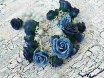 De armband van de polymeerklei met blauwe rozen Stock Afbeeldingen