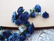 De armband van de polymeerklei met blauwe rozen Stock Foto