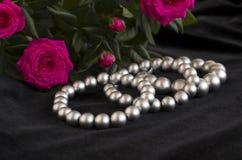 De armbanden van de parel en boeket van rozen Royalty-vrije Stock Afbeeldingen