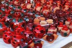 De Armeense oude de kleikop van het stijlaardewerk in granaatappel geeft de markt Vernisazh gestalte Stock Afbeeldingen
