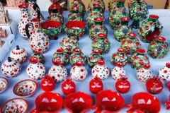 De Armeense oude de kleikop van het stijlaardewerk in granaatappel geeft de markt Vernisazh gestalte Stock Foto