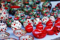 De Armeense oude de kleikop van het stijlaardewerk in granaatappel geeft de markt Vernisazh gestalte Royalty-vrije Stock Foto