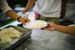 De armen hebben voedsel van de vriendelijkere maatschappij gedeeld om Honger te verlichten: Het Concept het Voeden stock foto's