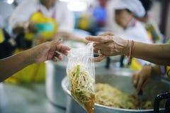 De armen hebben voedsel van de vriendelijkere maatschappij gedeeld om Honger te verlichten: Het Concept het Voeden royalty-vrije stock foto's