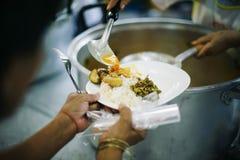 De armen hebben voedsel van de vriendelijkere maatschappij gedeeld om Honger te verlichten: Het Concept het Voeden stock afbeelding