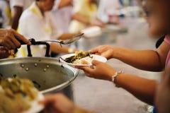 De armen hebben voedsel van de vriendelijkere maatschappij gedeeld om Honger te verlichten: Het Concept het Voeden royalty-vrije stock afbeelding