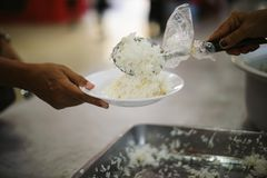 De armen hebben voedsel van de vriendelijkere maatschappij gedeeld om Honger te verlichten: Het Concept het Voeden stock afbeeldingen