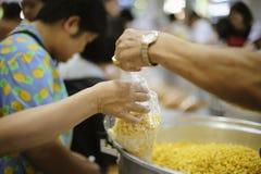 De armen hebben voedsel van de vriendelijkere maatschappij gedeeld om Honger te verlichten: Het Concept het Voeden royalty-vrije stock foto