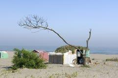 De armen kamperen op het strand Royalty-vrije Stock Afbeeldingen