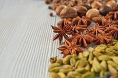 De aromatische Indische kruiden op de grijze keuken dienen in: steranijsplant, notemuskaat, kardemom dichte omhooggaand De achter stock afbeeldingen