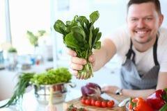 De Aromatische Kruidenbundel van chef-koksmile showing green royalty-vrije stock afbeelding