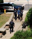 De arrestant van de politieescorte aan auto in Kitchener, Waterloo, Ontario stock fotografie