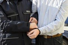 De arrestatie van een mens stock afbeeldingen