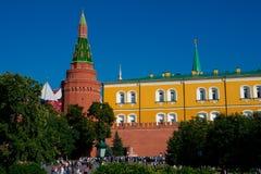De arsenaalbouw, de muur van Moskou het Kremlin en toren stock fotografie
