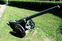 De artillerie is een klasse van grote militaire die wapens worden gebouwd om munities in brand te steken Stock Foto's