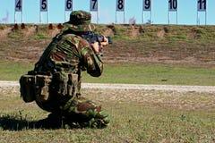 De artillerist van de machine neemt doel Stock Foto