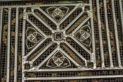 De artistiek ontworpen rooster van de metaalvloer binnen Duomo-Di Milaan stock foto