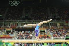 De artistieke turner Aliya Mustafina van Russische Federatie concurreert op de evenwichtsbalk bij vrouwen` s globale gymnastiek i stock afbeelding