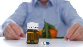 De arts adviseert het alternatief van medische pillen met vruchten vitaminen verbruikt stock video
