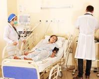 De arts behandelt patiënt met stethoscoop. Royalty-vrije Stock Afbeeldingen