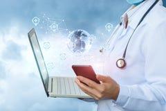 De arts bepaalt de plaats in het netwerk op mobiel stock afbeeldingen