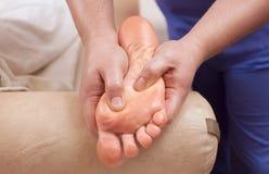 De arts-chiropodist doet een onderzoek en een massage van de geduldige voet van ` s royalty-vrije stock foto's