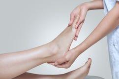 De arts-chiropodist doet een onderzoek en een massage van de geduldige voet van ` s royalty-vrije stock afbeeldingen
