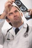 De arts controleert röntgenstraal Royalty-vrije Stock Afbeeldingen