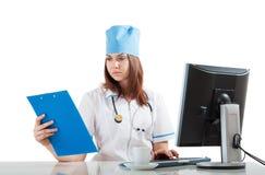 De arts denkt de computer Stock Afbeeldingen