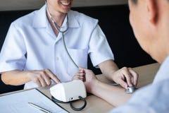De arts die een het meten bloeddruk gebruiken die pati?nt met het onderzoeken, het voorstellen controleren vloeit symptoom voort  royalty-vrije stock fotografie
