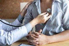 De arts die een stethoscoop met behulp van die patiënt met het onderzoeken, het voorstellen controleren vloeit symptoom voort en  stock fotografie