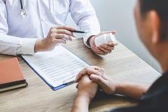 De arts die het geduldige onderzoeken voor pati?nt raadplegen, het voorstellen vloeit symptoom over het probleem voort en advisee royalty-vrije stock afbeelding
