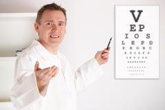 De arts die van de oogarts patiënt onderzoekt Stock Afbeelding