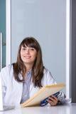 De arts die van de vrouw een grafiek houdt Royalty-vrije Stock Afbeeldingen