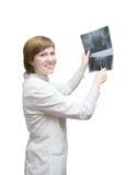 De arts die van de vrouw röntgenstraal bekijkt stock foto's
