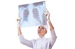De arts die van de vrouw röntgenstraal onderzoekt Stock Afbeeldingen
