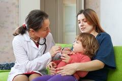 De arts die van kinderen 2 jaar onderzoeken kind Royalty-vrije Stock Foto