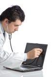 De arts die van PC een laptop computer onderzoekt Stock Afbeelding