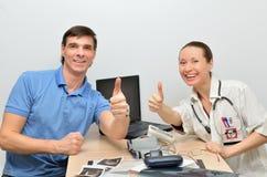 De arts en de patiënt zijn gelukkige succesvolle behandeling de zieken Stock Foto's